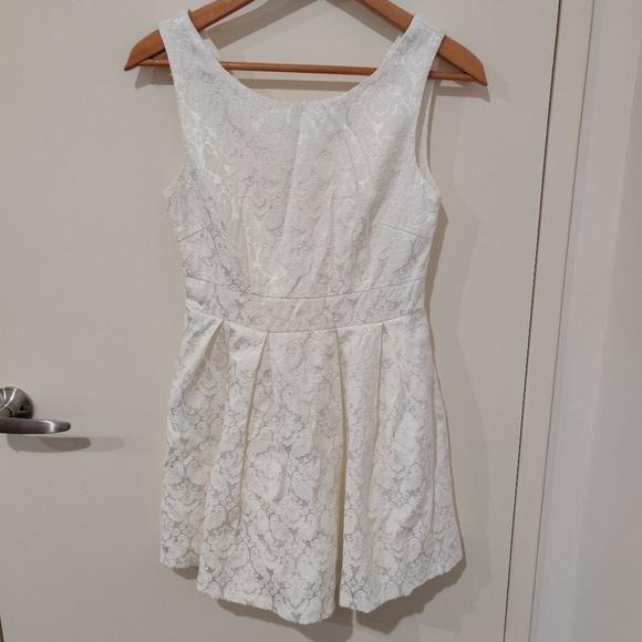 Dresses & Skirts - White sleeveless baby doll mini dress